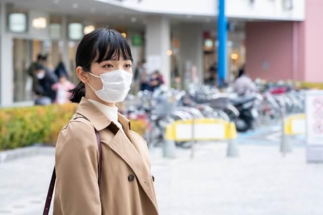 マスクをした女性 (1)